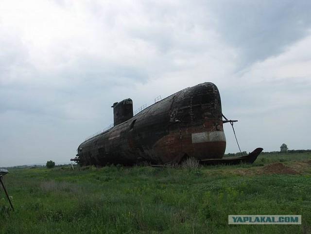 подводная лодка в степи фото