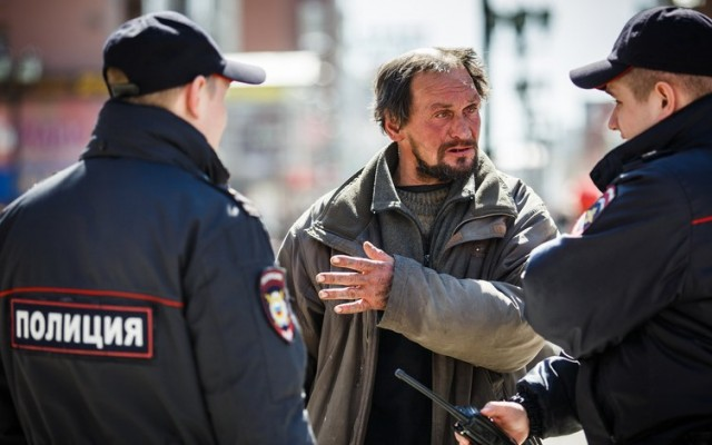 В Сочи полицейские задержали бомжа за нарушение карантина. Что с ним делать — решительно непонятно