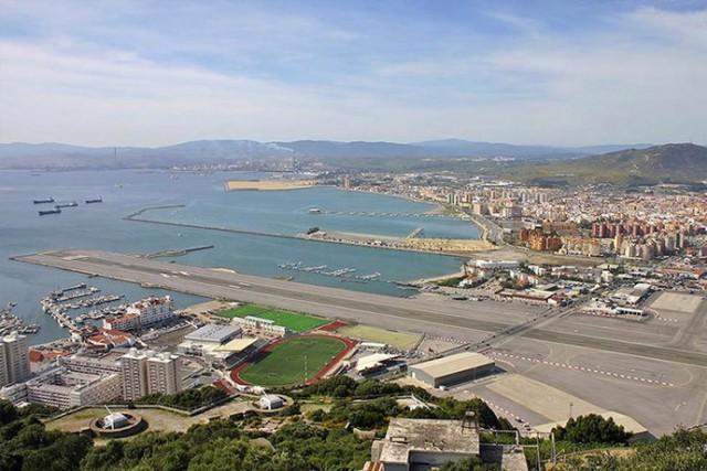 Взлетная полоса, пересекающая проезжую часть (аэропорт Гибралтара)