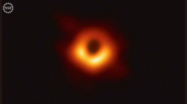 Сегодня астрофизики впервые в истории показали изображение черной дыры