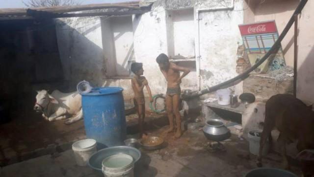 Семья из Индии три года купается в дерьме, начитавшись в интернете, что это лучшая профилактика заболеваний