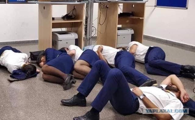 Как спит экипаж лоукостера RyanAir, застрявшего в Испании из-за бури