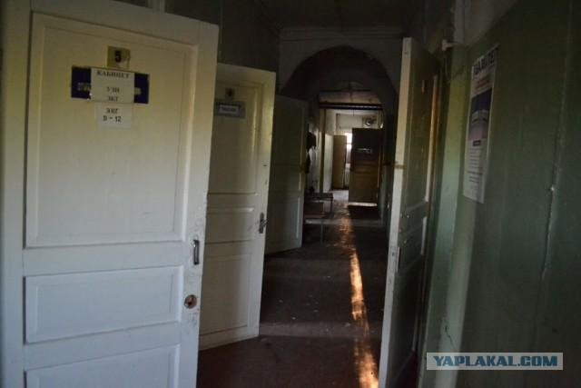 Заброшенная поликлиника с оставленной техникой