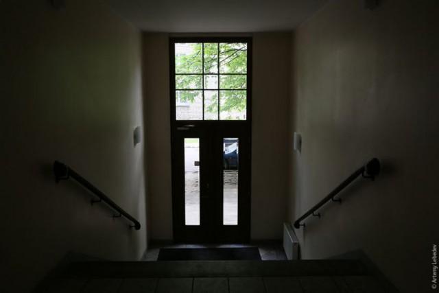 входная дверь в подезд с окном