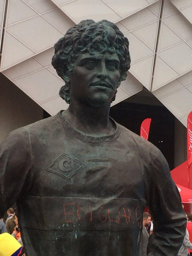 Английские болельщики написали на памятнике Черенкову «Англия»