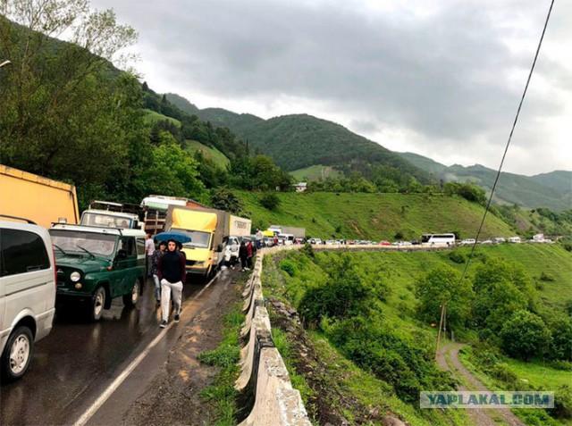 Родственники задержанных за избиение россиян перекрыли Военно-Грузинскую дорогу, ведущую в Россию