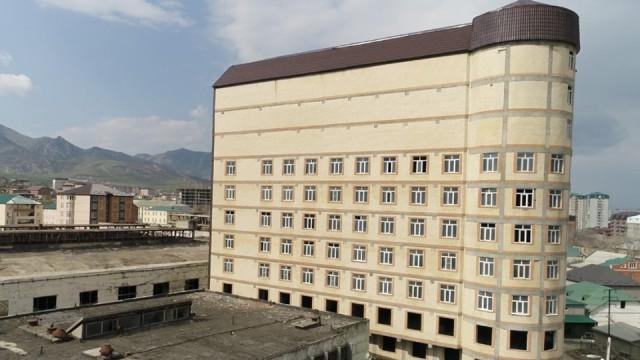 В строящемся доме в Дагестане замуровали окна, выходившие на резиденцию муфтия