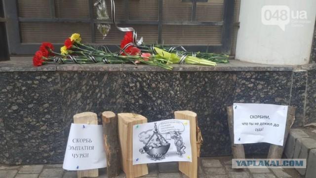 Украинцы принесли к Генконсульству России деревянные чурки