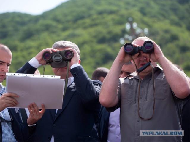 Порошенко в компании президента Грузии осмотрел в бинокль Российскую базу в Южной Осетии