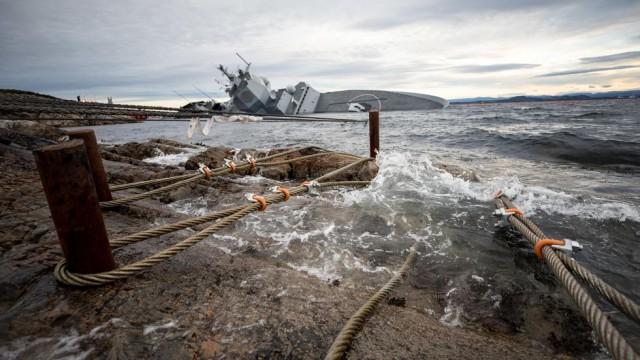 Норвежцы наварили 9 креплений и привязали затонувший фрегат - но он продолжает погружаться