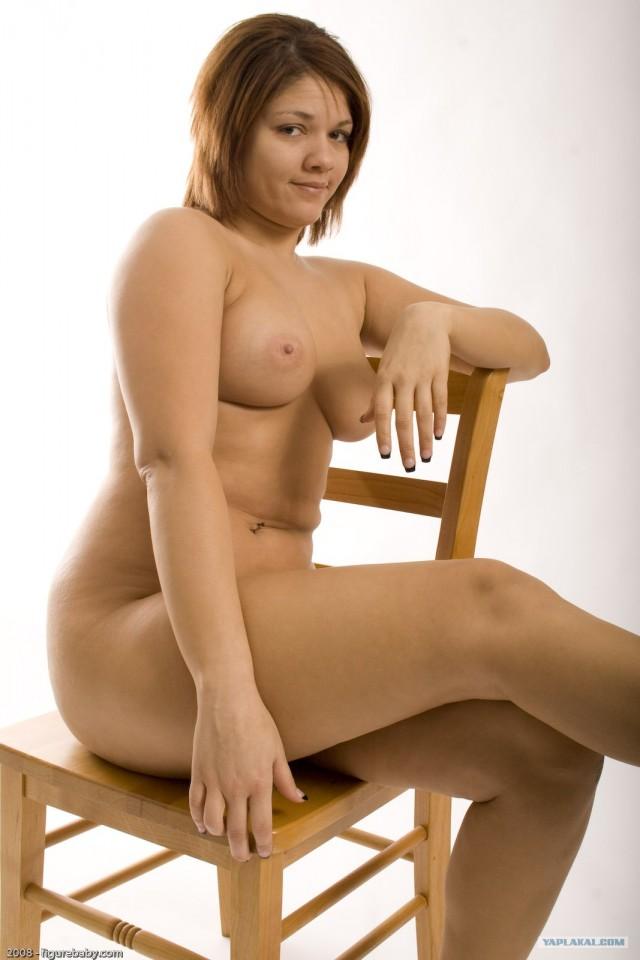 фото сидит на стуле голая пышка