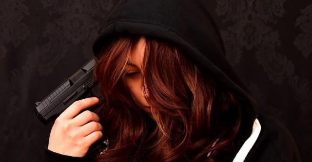 Дурочка прострелила себе голову, когда делала селфи с пистолетом