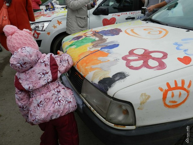 Взрыв эмоций. Дети с онкологией в Рязани разрисовали машины добровольцев