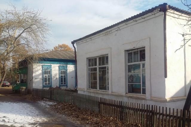 Под иркутским депутатом во время осмотра районной больницы провалился гнилой пол