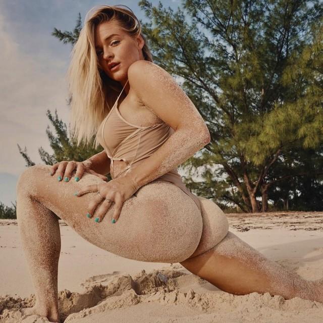 Симпатичные девушки в песочке
