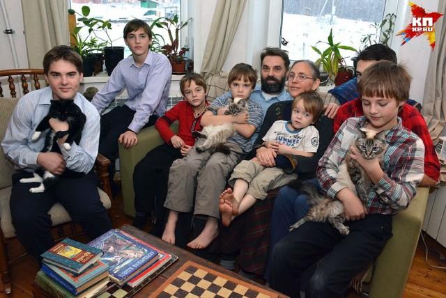 «Мечтала о русской печи». Сибиряк взял в жены американскую переводчицу и переехал с ней жить в деревню. У пары родилось 9 детей