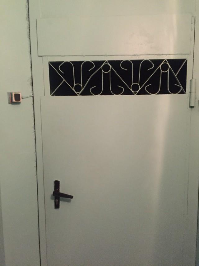 Вот так выглядит дверь, где я получаю зарплату