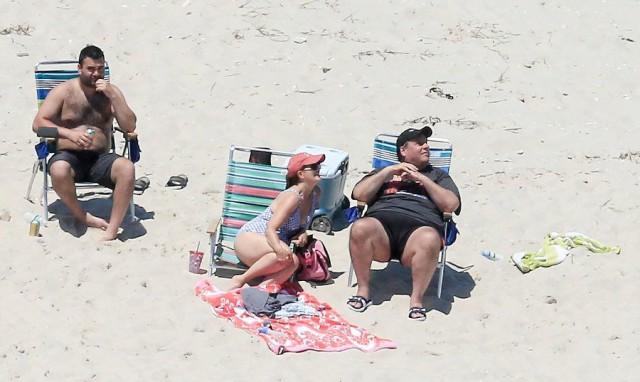 Потому что может. Губернатора Нью-Джерси обвинили в отдыхе на пляже, который он сам закрыл для местных жителей