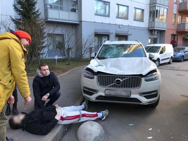 В Петербурге молодой человек упал с 16-го этажа и выжил! В тяжелом состоянии его увезли на скорой