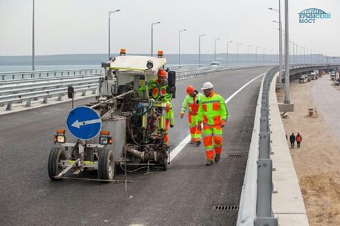 Скоро поедем: На Крымском мосту наносят дорожную разметку