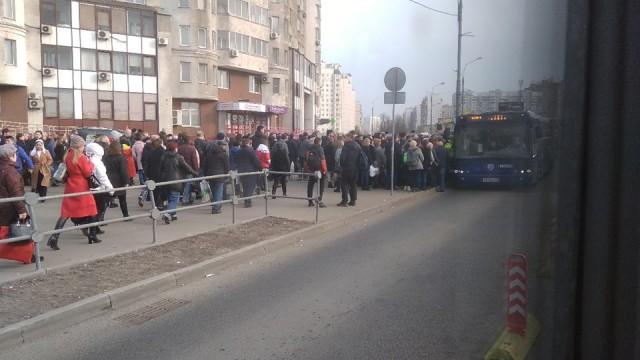 В Москве закрыта часть фиолетовой ветки метро - толпы на остановках и дикие пробки