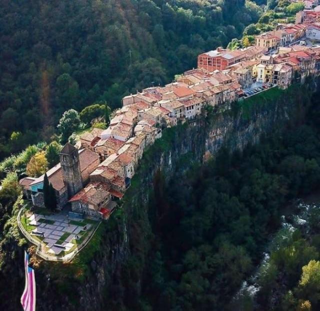 Испанский город на скале из одной улицы