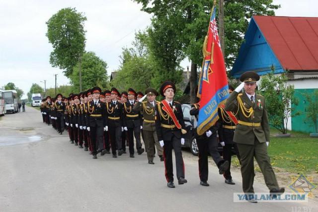 В Гомельском районе ветерану, который не смог приехать на парад, устроили его прямо возле дома в деревне