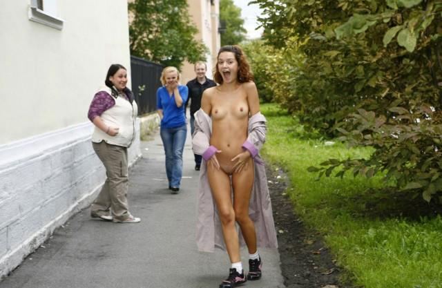 фото смелых девушек голышем на улице
