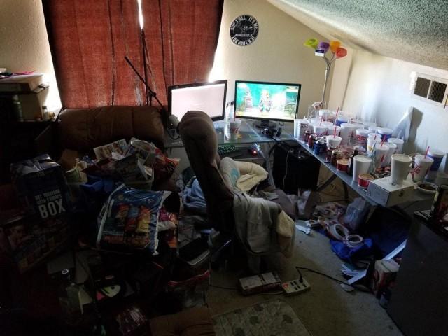 Это не притон бомжей, а комната геймера-стримера World of Warcraft