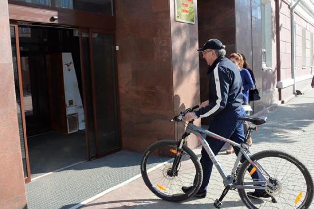 Мэр Перми  на велосипеде приехал на работу