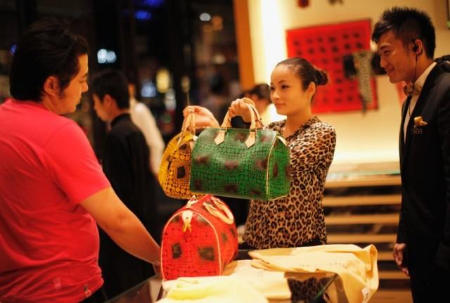 Учись, мэр.  Власти Пекина раздадут населению $1,7 млрд на шоппинг