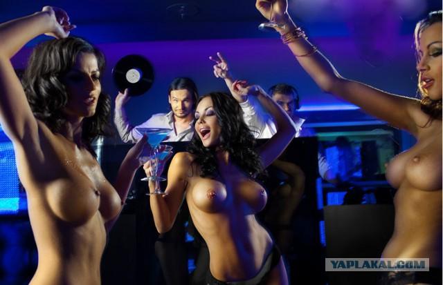 голая девушка танцует в ночном клубе
