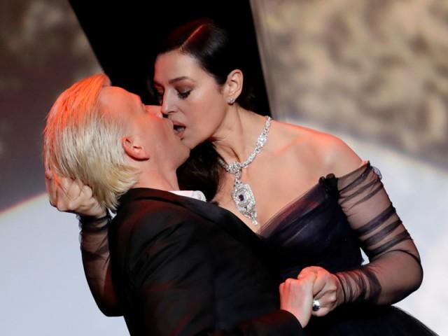 Моника Беллуччи публично слилась в поцелуе с французским комиком