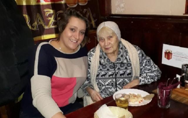 Предприниматель из Санкт-Петербурга Александра Синяк вместе с мужем бесплатно кормит в своем кафе малоимущих пенсионеров