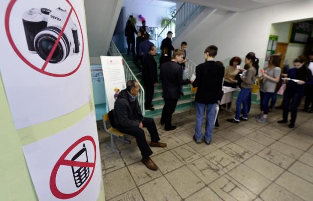 Астахов хочет запретить детям гаджеты в школах