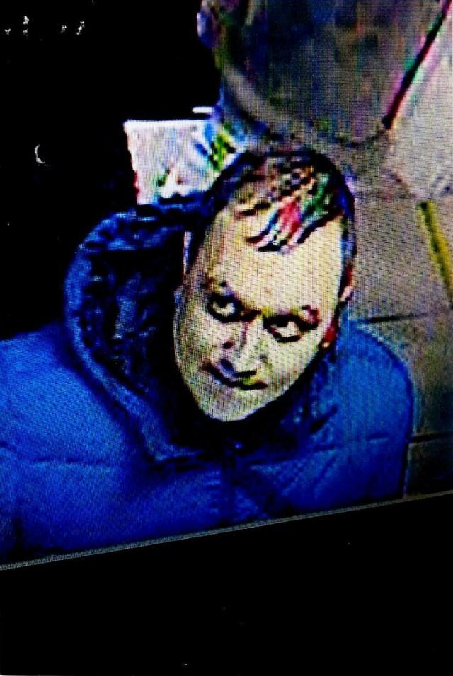 В Омске ищут мужчину, которому случайно выдали в банке 137 тысяч