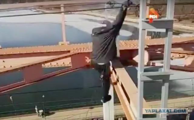 Российский адреналиновый маньяк сорвался с 30-метровой высоты, схватившись за электропровода