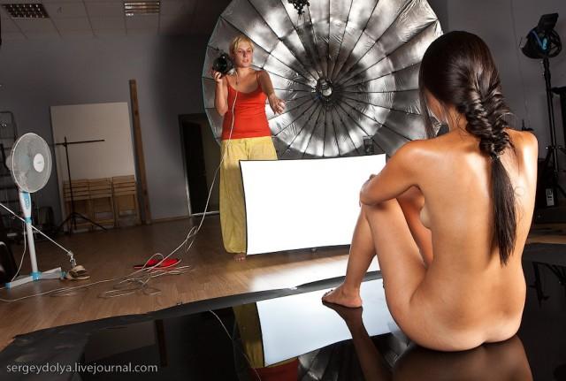 Фотограф снимает голых моделей видео