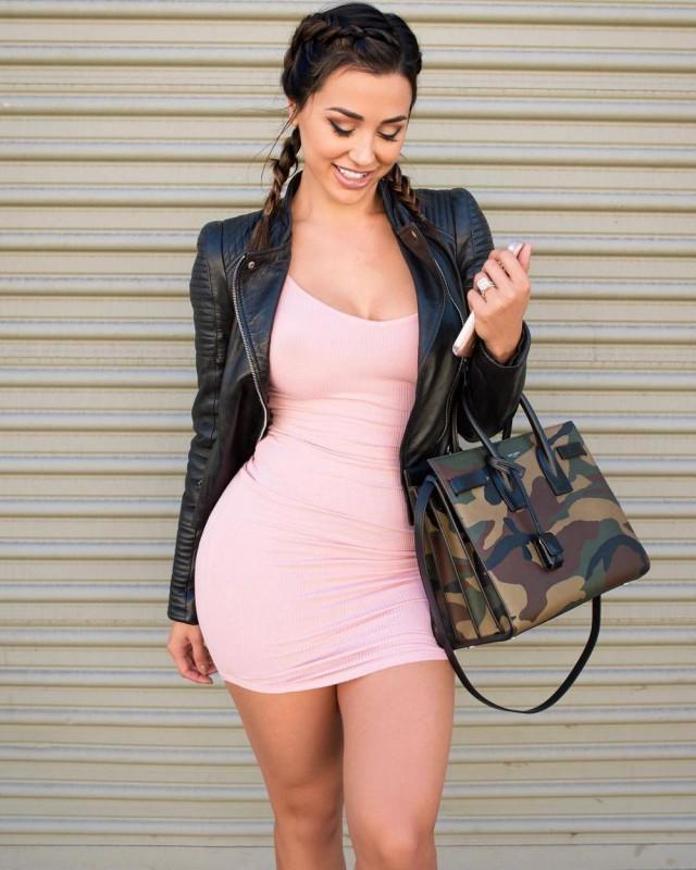 Женщины в облегающих коротких платьях