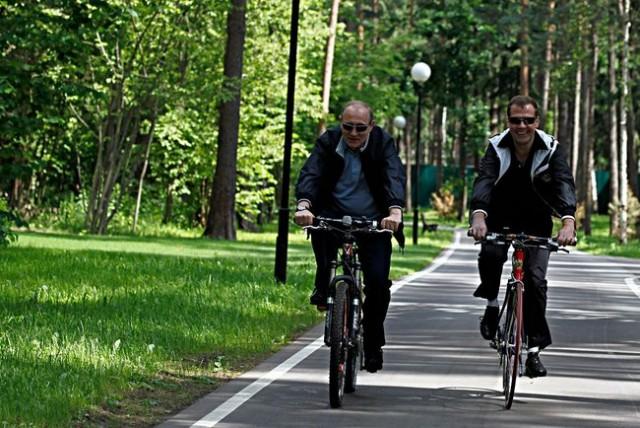 Ехали Медведев на велосипеде...