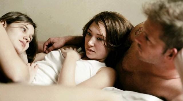 В Иркутской области женщина предложила мужу секс втроем, а потом ударила ножом из ревности