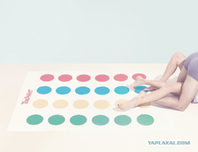 голые играют в твистер фото