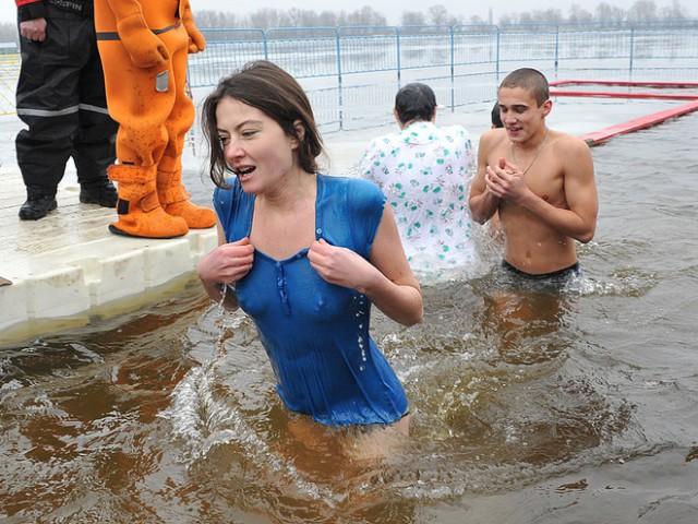 Как 2 Голые Девчонки Купаются На Крещение