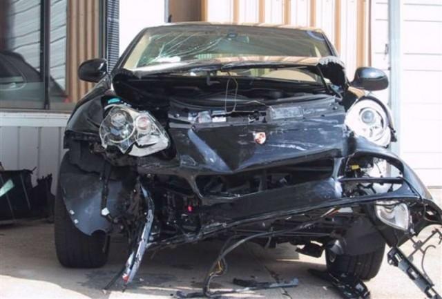 В Астане пьяный полицейский на Porsche Cayenne врезался в резиденцию Назарбаева