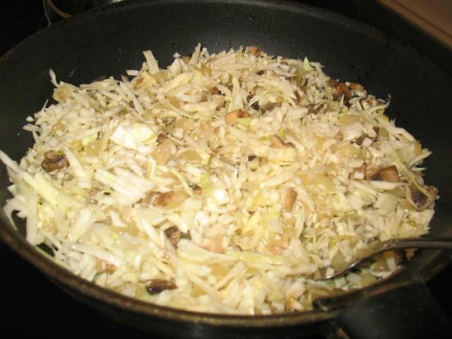 Салат из белокочанной капусты с жареными кусочками сала