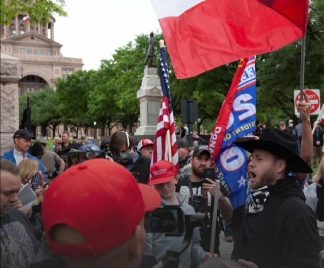 Американцы вышли на протесты из-за карантина