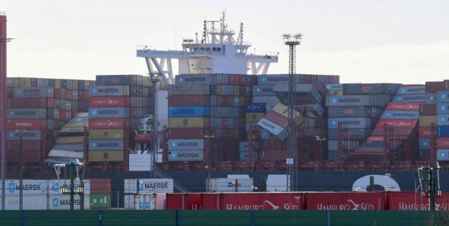 Смытые волнами контейнеры прибило к берегам Нидерландов