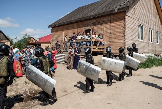 Вторые сутки полиция охраняет дом местных цыган в маленьком селе Подгорное в Кемеровской области – от самосуда жителей.