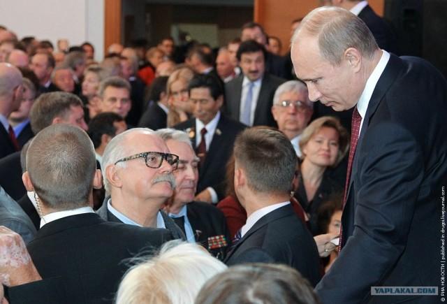 Oхрана на дает упасть Михалкову на колени