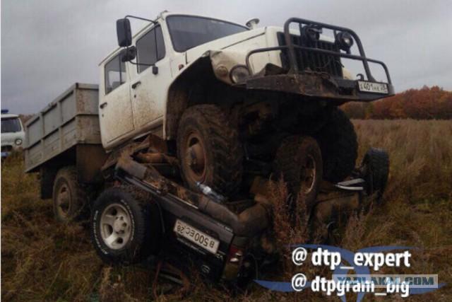 В Приамурье грузовик егеря наехал на внедорожник браконьеров